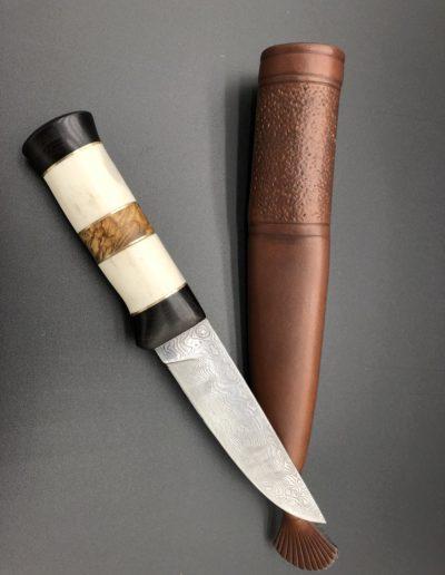 Jagdmesser aus 140 Lagen Damast mit Griff aus Birkenholz und Geweih