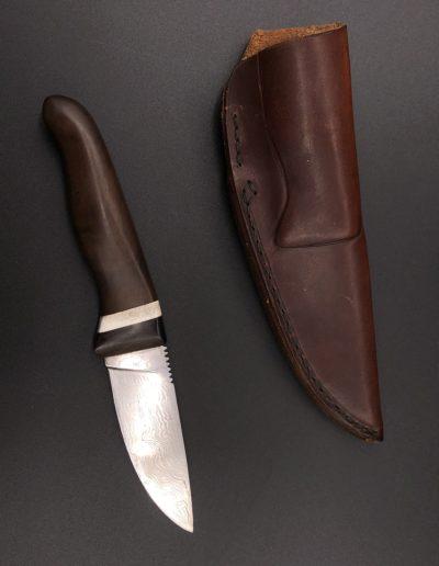 Jagdmesser aus 60 Lagen Damast mit Griff aus Pfefferholz
