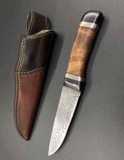 Jagdmesser aus 46 Lagen Damast mit Griff aus Robinienholz